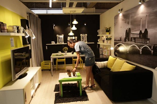 Już nie tylko ubrania, sprzęt czy produkty luksusowe. W Chinach poszli o krok dalej i podrabiają całe sklepy, które na Zachodzie cieszą się popularnością. W miejscowości Kumning można kupić meble w 11 Furniture, który jakoś dziwnie przypomina Ikeę.