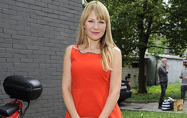 Anna Guzik pojawiła się na jesiennej ramówce TVN w pięknej, pomarańczowej sukience. Niestety jej figura nie wygląda już tak pięknie. Aktorka strasznie wychudła.