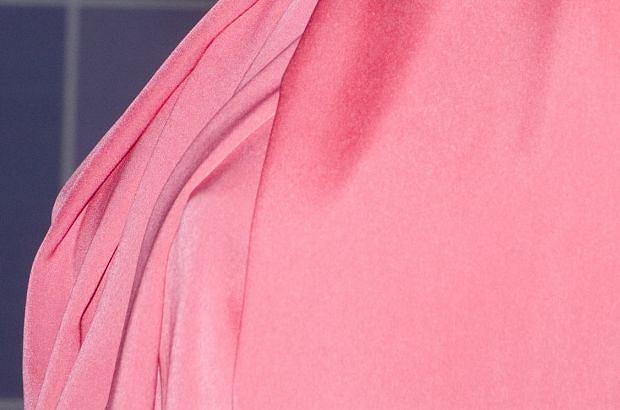 Tak gorących zdjęć na Plotku dawno nie było. Tylko spójrzcie - Joanna Krupa naprawdę nieźle zmarzła na konferencji TVN. Efekt - sterczące sutki.