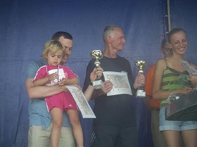 Janusz i Amelka odbierają trofeum