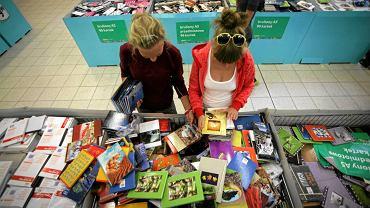 Zakupy artykułów szkolnych przed zbliżającym się początkiem roku szkolnego.