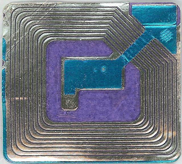 Tak wygląda chip RFID który będzie umieszczony w legitymacji szkolnej każdego ucznia