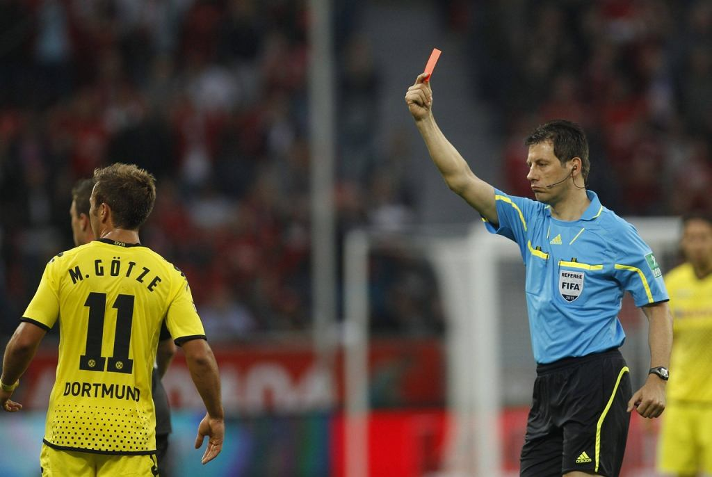 Arbiter ukarał czerwoną kartką Mario Goetze (Borussia Dortmund)