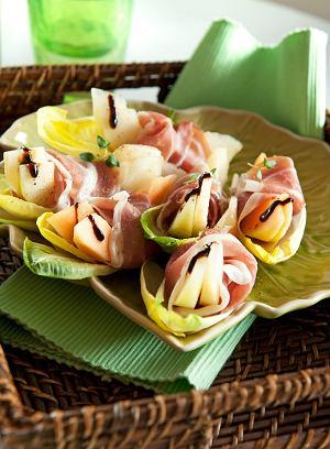 Ruloniki z szynki parmeńskiej w liściach cykorii