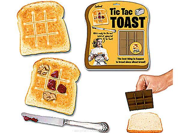 za pomocą Tic Tac Toasta odciskasz na pieczywie pole do gry w kółko i krzyżyk