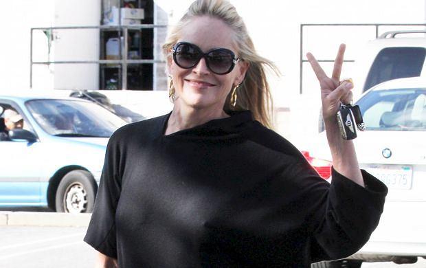 Paparazzi przyłapali Sharon Stone, kiedy aktorka wychodziła z kawiarni w Kalifornii. Jej piersi mówiły: