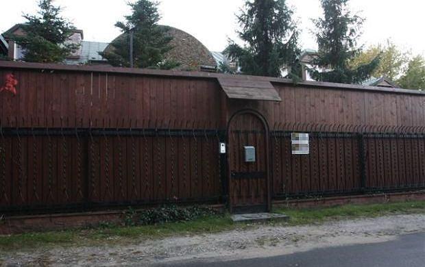 To się nazywa ochrona przed paparazzi! Kayah zabarykadowała się w twierdzy, na osiedlu Radość w Warszawie. Oprócz zwykłego, metalowego płotu jest jeszcze olbrzymi, drewniany. Sprytnie! Fotoreporterzy mogą co najwyżej sfotografować płot. Ładny?