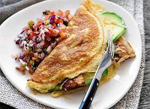 Omlety z bekonem, awokado, serem i salsą pomidorową - ugotuj