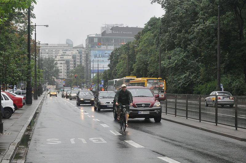 Brak zgody Policji na dopuszczenie ruchu rowerów po buspasach zmusza cyklistów do jazdy środkiem drogi, nierzadko będąc wyprzedzanym z obu stron naraz. Warszawa