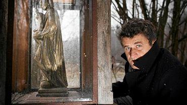 Janusz Palikot przy figurce Matki Boskiej z Dzieciątkiem w Dzierwanach