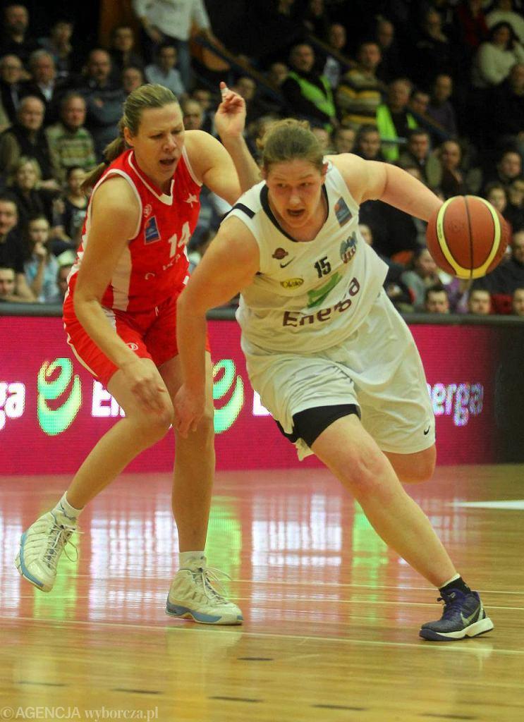 Z piłką Jelena Maksimović - najpotężniej zbudowana koszykarka Energi. Kto śmiał ją pobić?