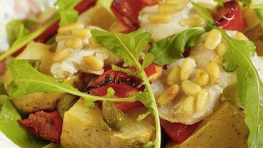 Sałatka z ziemniakami, wędzonym dorszem i papryką