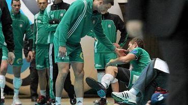 Piotr Łukasik schodzi kontuzjowany z boiska w czasie meczu z Politechniką