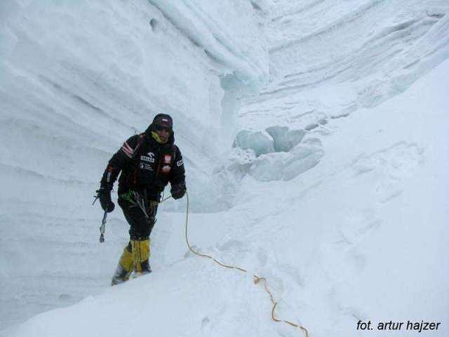 Janusz Gołąb w drodze do obozu I w wyprawie zimowej na Gasherbrum I