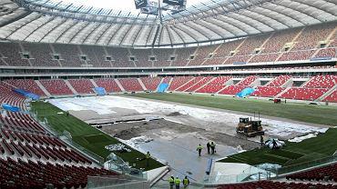 Rozkładanie trawy w Polsce.