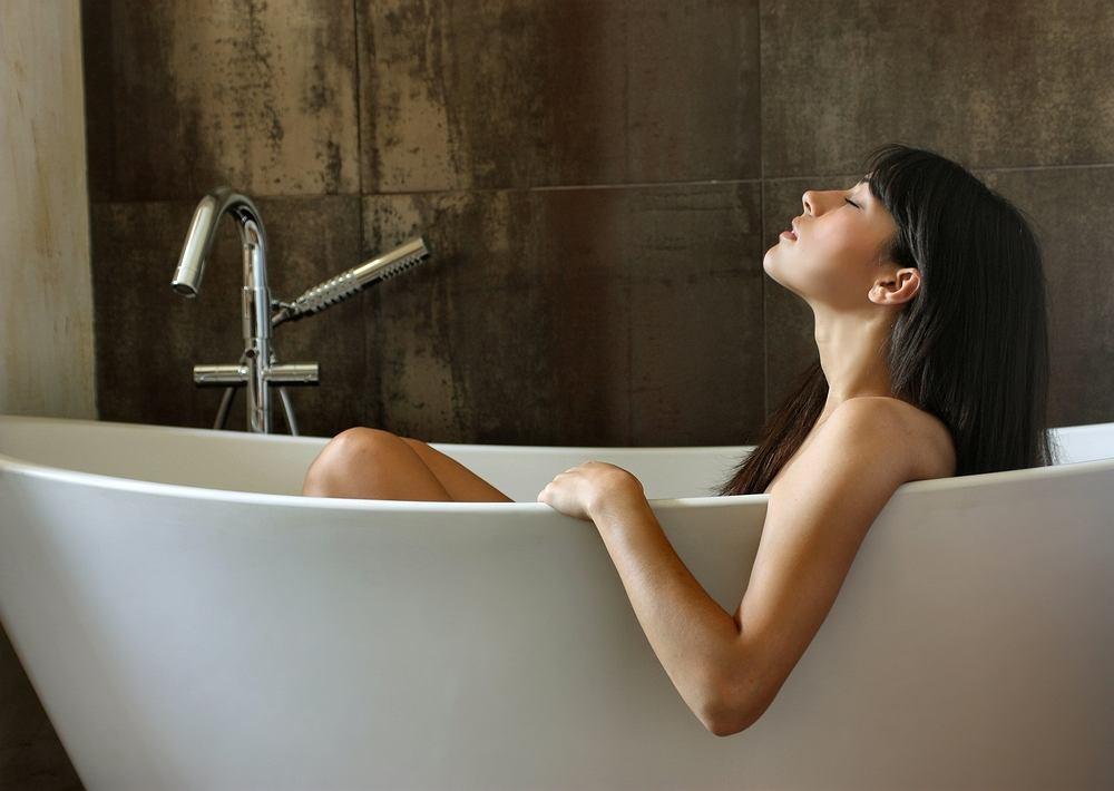 Przepisów na lecznicze kąpiele znajdziemy wiele. Wśród nich warte uwagi są kąpiele z korą dębu, tlenowa, z solą z Morza Martwego i solą uzdrowiskową (np. bocheńską).