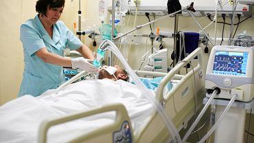 Łódzki szpital bonifratrów św. Jana Bożego. To tu trafia najwięcej chorych bezdomnych. Przy łóżku pacjenta siostra oddziałowa Stefania Bijak