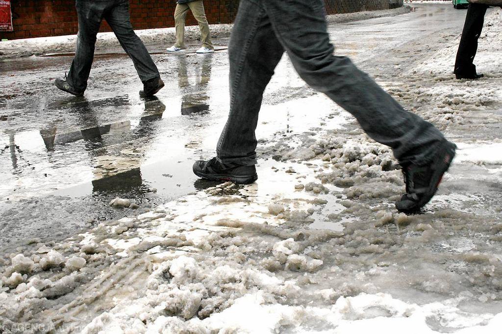 Topniejący śnieg i zatkane studzienki tworzą kałuże - uciążliwy problem zwłaszcza dla pieszych