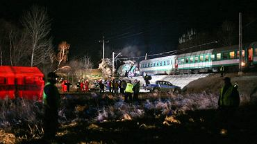 W sobotę około godz. 21 w Chałupkach w woj. śląskim zderzyły się dwa pociągi Warszawa-Kraków i Przemyśl-Warszawa. Zginęło 16 osób, 56 zostało rannych