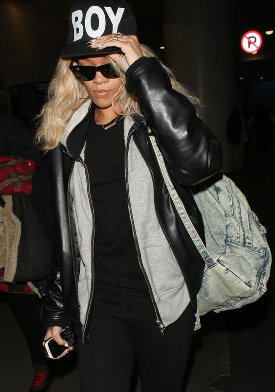 www.310pix.com -     Rihanna was spotted arriving at LAX on her way to London.  Los Angeles, Mar. 26, 2012    Ref. code:  001_310PIX07879    Credit must read: 310pix.com   *USA magazines and newspapers please report usage* *For N. American rights please contact* sales@310pix.com   photo@310pix.com   310-594-3035  -