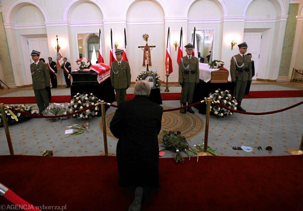 Trumny z ciałami Lecha i Marii Kaczyńskich wystawione w Pałacu Prezydenckim, 13.04.2010