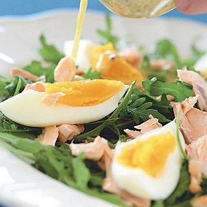 Sałatka z rukolą, łososiem i jajkiem