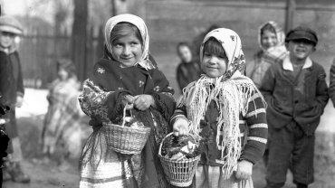 Wielka Sobota w Tomaszowicach. Dziewczynki z koszami ze święconką, marzec 1937 rok