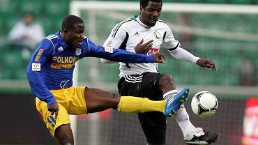 Charles Nwaogu z Arki Gdynia walczy o piłkę z Dicksonem Choto z Legii