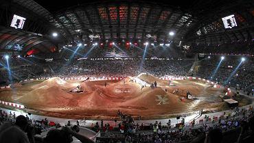 Dwa lata temu stadion w Poznaniu na kilkanaście dni został pozbawiony całej trawy. Na czas motocyklowej imprezy Red Bull X-Fighters zdjęto murawę i w miejscu boiska usypano wielkie ziemne hałdy po których skakali motocykliści