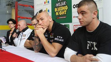 Damian Trzciński (z prawej) obok Artura Szpilki