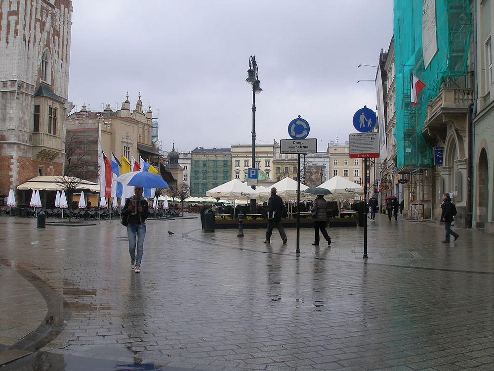 Rynek w Krakowie cały jest de facto drogą dla pieszych (chodnikiem).