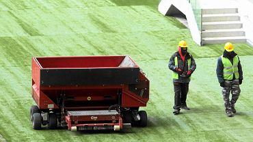 Układanie trawy na Stadionie Narodowym w lutym