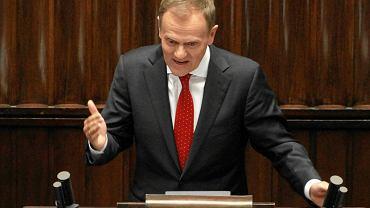 Zirytowany premier Donald Tusk podczas głosowania nad zmianami w systemie emerytalnym. W trakcie obrad Sejmu doszło do ostrego starcia pomiędzy Tuskiem a Jarosławem Kaczyńskim