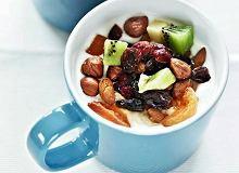 Jogurt z owocami i orzechami - ugotuj