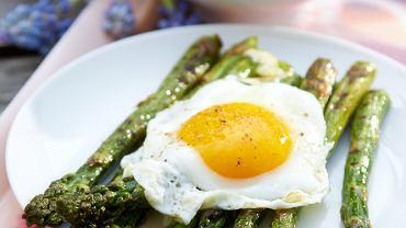 Grillowane szparagi z jajkiem
