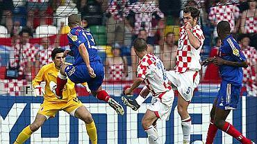 Dośrodkowannie Zidane'a, po którym piłka odbije się od bramkarza Igora Tudora i wpadnie do chorwackiego bramki
