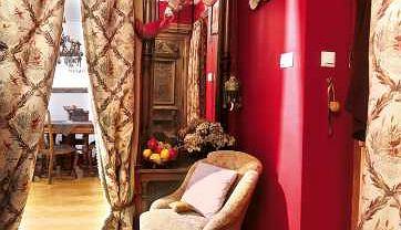 Ścianę oddzielającą przedpokój od pokoju dziennego usunięto, a w szerokim przejściu powieszono kotarę z podwójnie złożonej grubej tkaniny.