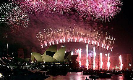 Australia. Sztuczne ognie nad Mostem Portowym i operą w Sydney