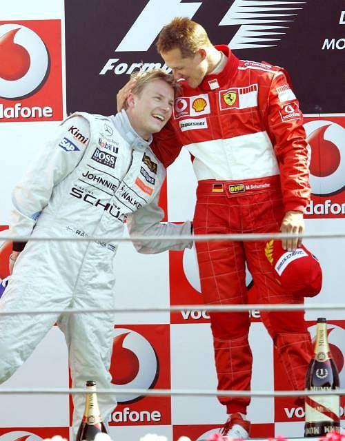 10 września 2006. Michael Schumacher (z prawej) z Kimim Raikkonenem po zwycięstwie w GP Włoch. Chwilę później niemiecki mistrz ogłosił, że po tym sezonie rozstaje się ze sportem