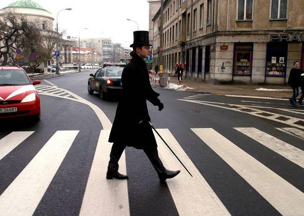 Jacek Dehnel spaceruje po Warszawie w 100-letnim surducie, 130-letnim cylindrze i z 58-letnią laską w ręku