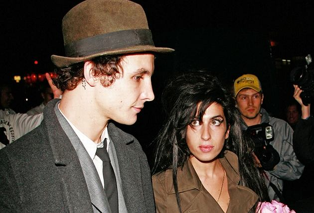 Zaczęli się spotykać, gdy ona była u progu kariery. Blake zawsze stał obok Amy. To wraz z nim zaczęła się jedna wielka impreza z wódką, narkotykami i upadkiem, przerwana ślubem, a zakończona rozwodem i więzieniem. Para podobno po dłuższej przerwie zaczęła się ponownie spotykać. Czy skończą w rynsztoku, a może oboje się z niego wyciągną?