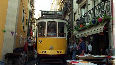 Słynny tramwaj nr 28 przeciska się wąskimi uliczkami Alfamy