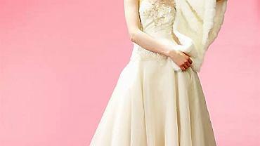 Sukienka z tiulu naszywanego perełkami i etola z ekologicznego futra (Tylko Ona, 2170 i 180 zł) <br>Naszyjnik z pereł i kryształów (Giebułtowski/Aliganza, wzór)