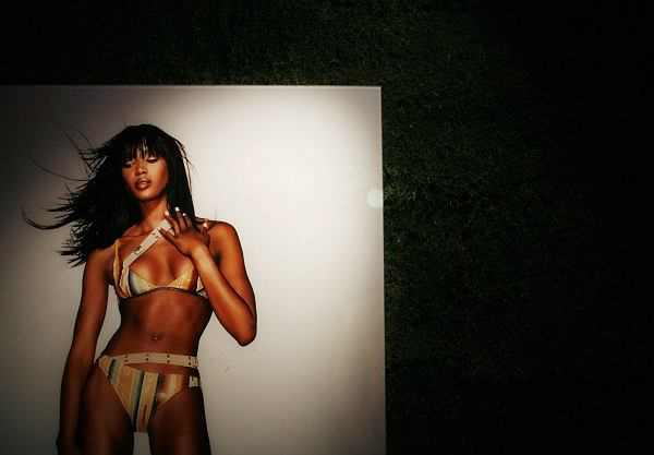 Wystawa fotografii, której jest główna bohaterką jest Naomi Campbell