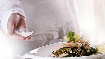 Filet z łososia na szpinaku z orzeszkami pinii i rodzynkami