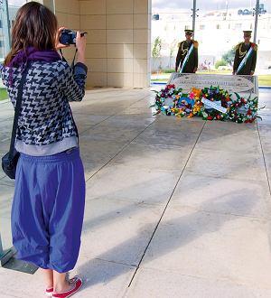 Żołnierze strzegący grobu Jasira Arafata chętnie pozują do zdjęć, a jeszcze chętniej palą papierosy i wypytują o życie w Polsce.