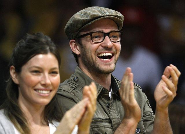 Justin Timberlake i jego - wtedy świeżo poślubiona - żona Jessica Biel, oglądają mecz LA Lakers z Utah Jazz