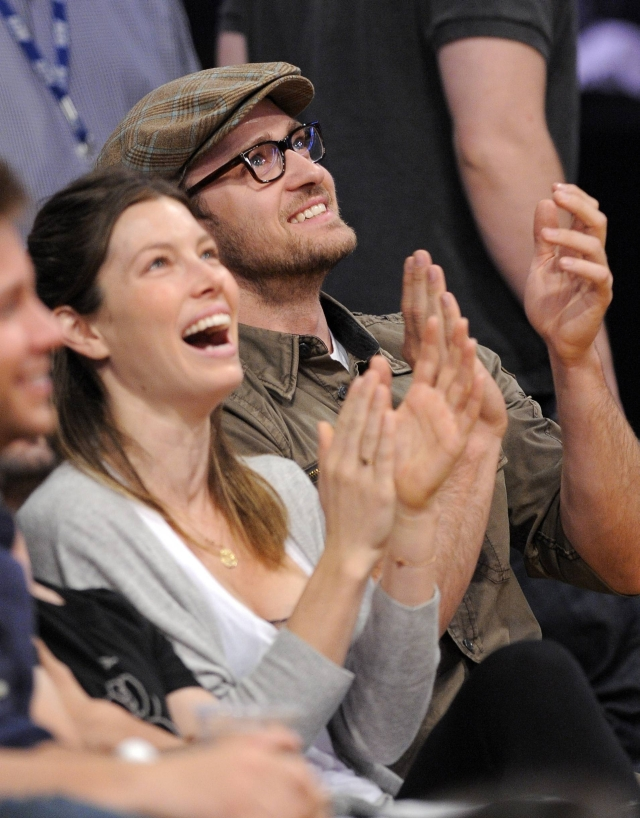 Justin Timberlake, right, claps along with Jessica Biel during the second half of Game 2 of an NBA basketball first-round playoff series, Tuesday, April 21, 2009, in Los Angeles. The Lakers won119-109.(AP Photo/Mark J. Terrill)