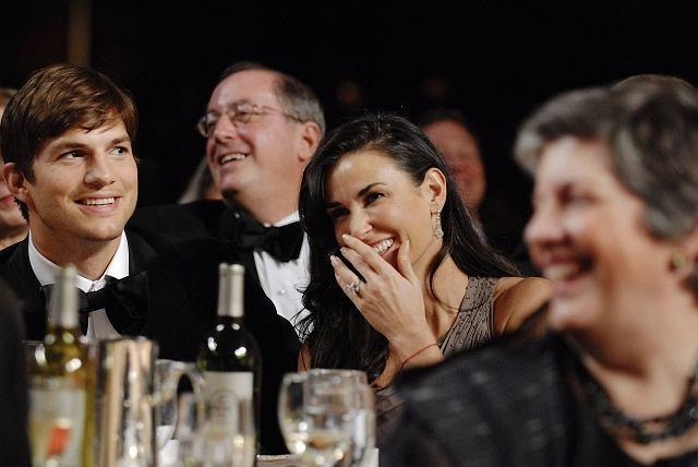 Demi Moore i Ashton Kutcher w czasie wystąpienia prezydenta Obamy w czasie White House Correspondents' Association Dinner w Waszyngtonie.