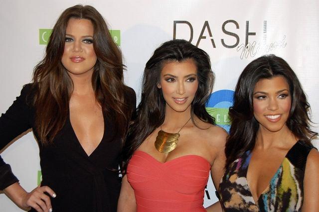 Donosiliśmy wam o chuligańskim ataku na butik sióstr Kardashian. Kim, Khloe i Kourtney mają już jeden sklep Dash w Los Angelesa, a teraz zamarzyły o Miami, ale jacyś wandale pomazali go przed otwarciem. Na szczęście dla nich wszystko skończyło się dobrze, a dziewczyny pękały z duży, że im się w końcu udało. Niby podobne, a jednak każda inna. Która podoba Wam się najbardziej?